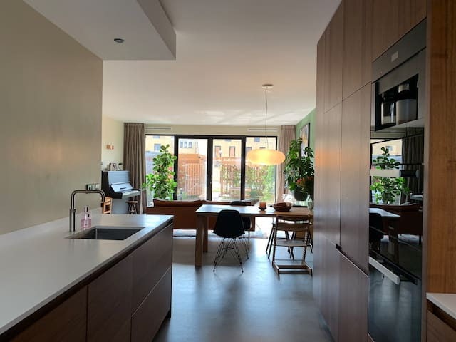 Modern and spacious waterview house - Free parking