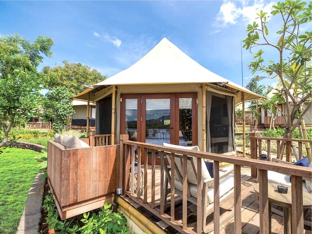 Each Beach Camp Tent measures 39.5 sqm including a large open-air deck with a daybed and loungers.