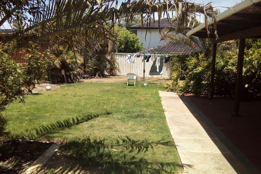 Big garden to do yoga or handstands!