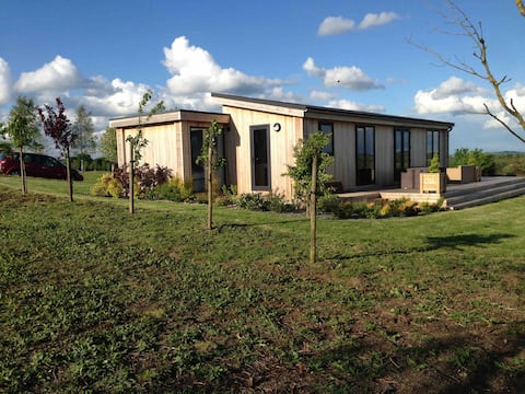2 bedroom lodge set in peaceful grounds .