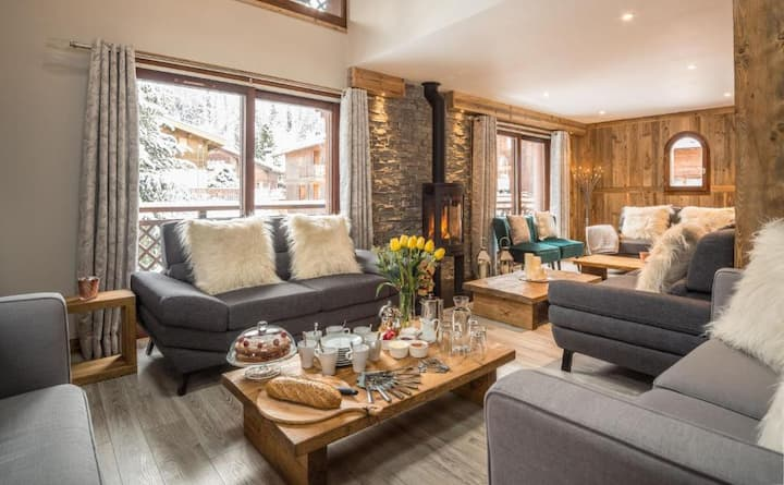 Luxury Chalet near ski lifts with outdoor hot tub