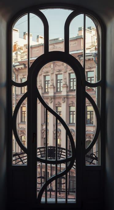 С балкона открывается красивый вид на Казачий переулок.