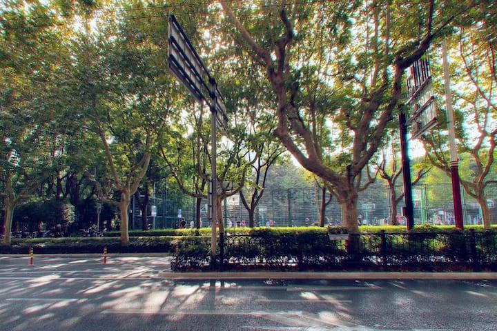 【蓝球】[月租金3500]衡山路老洋房,徐家汇公园蓝球场,步行至1号线地铁衡山路站5分钟,近交通大学