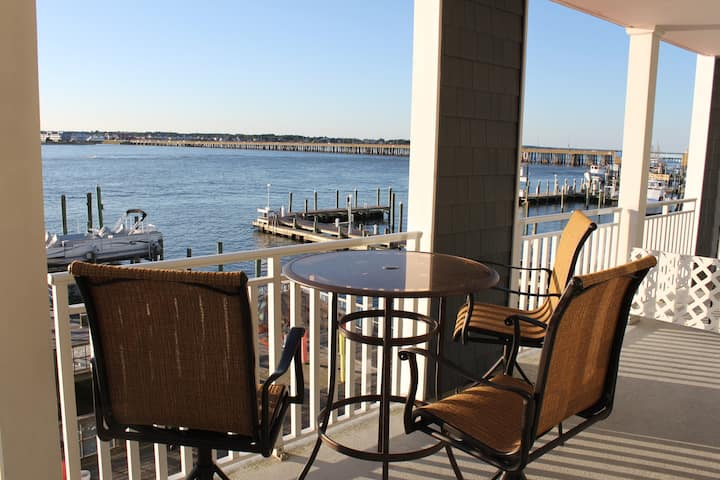 BEAUTIFUL Downtown Bay front condo 2 blk to Beach