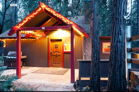 Fresh and cozy mountain retreat with hot tub! - Idyllwild-Pine Cove - Hus