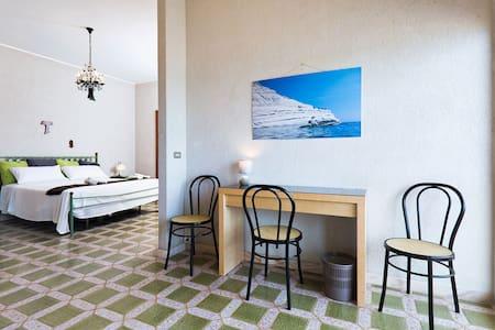 A romantic waterfront room - Marina di Ragusa