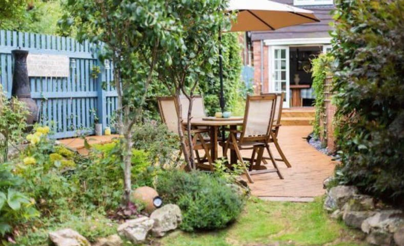 Cosy but spacious house with beautiful garden