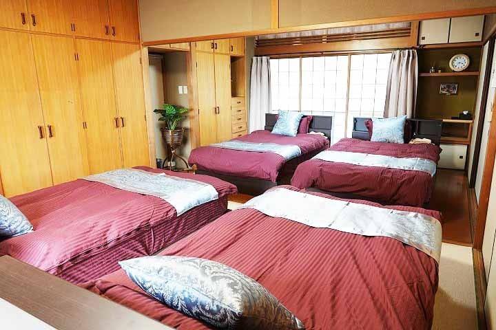 bed room/ベッドルーム ベッドヘッドは、照明、コンセント付きです。 携帯電話も充電できて便利です。 ベッドヘッドに、懐中電灯も備えています。