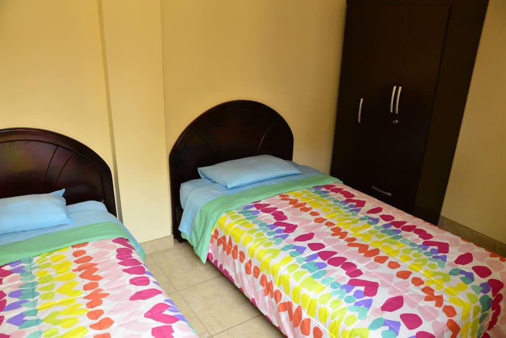 Segundo dormitorio, con dos camas gemelas de plaza y media, baño al costado.