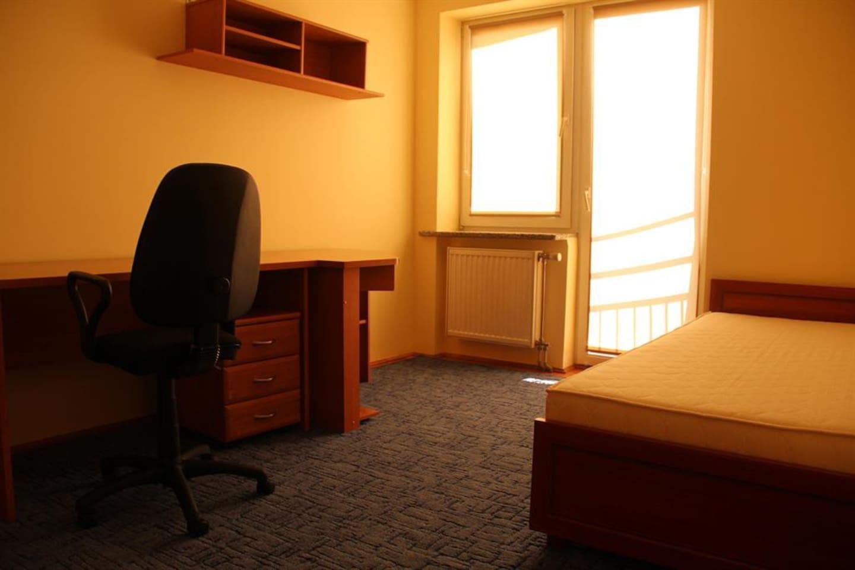 Yatak odasında büyük tek kişilik yatak vardır gerekli durumlarda 2 kişi de kullanabilir.Isıtması ve balkonu vardır bu odanın.Ayrıca çalışma için masa ve çekmeceler bulunmaktadır.Ofis sandalyesi de oldukça rahattır.