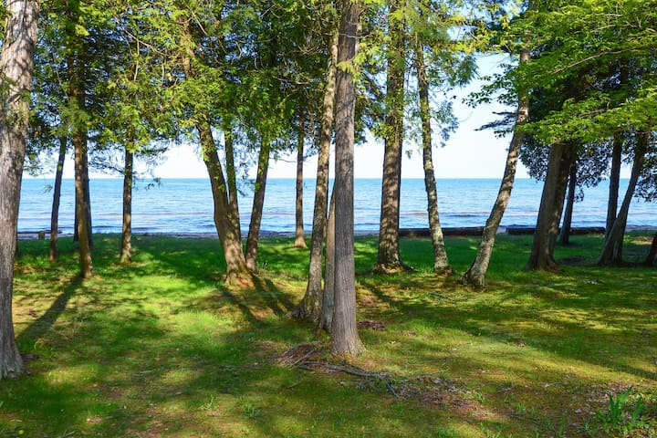 CEDAR CABIN on the BAY (Lake Michigan--Green Bay): OPEN  year-round!
