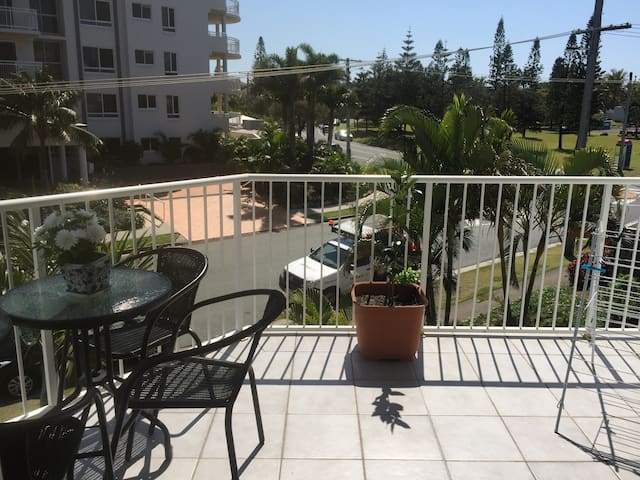 3 Bedroom Apartment on the beach - Buddina - Apartment