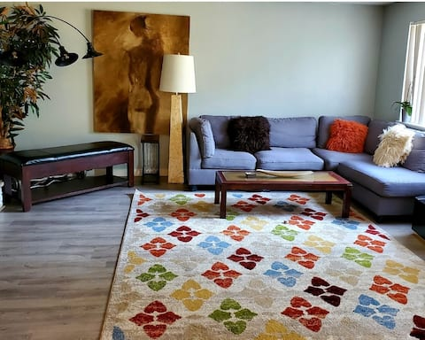 Private Room in residential home 10 minutes from  beautiful  downtown Boise  and shopping and restaurants, few miles from  Green Belt.  Enjoy  a cup of coffee,  TV, WiFi, washer and dryer. Welcome to Boise beautiful place.