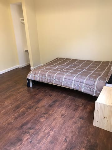 Small Cozy Studio w/ private entry, bath & kitchen - Newark - Ev