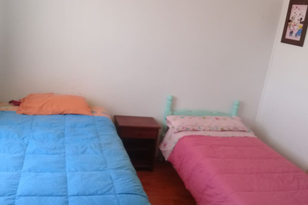 2 camas a la vista una de ella cama nido