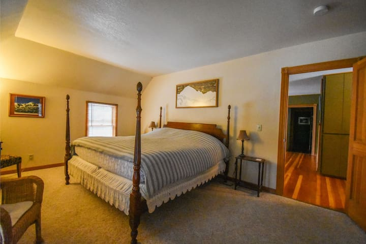 Cicely Suite-King-Suite-Private Bathroom-Mountain View