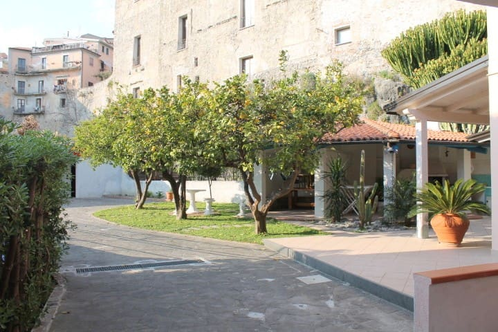 An exclusive flat in a typical Southern villa - Scalea - Leilighet