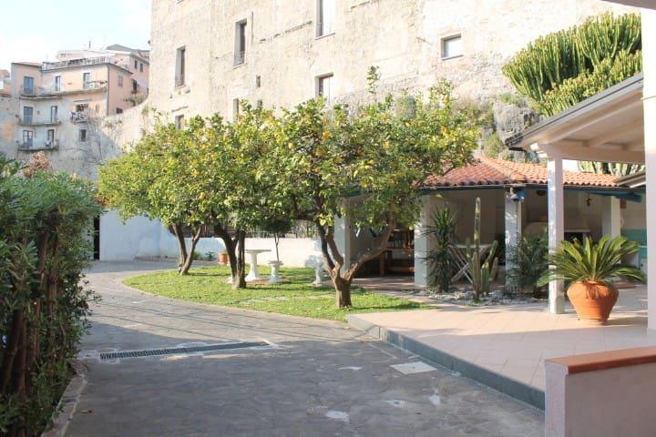 An exclusive flat in a typical Southern villa - Scalea - Apartamento