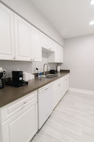 Modern Townhome in heart of Tampa near TPA & more!