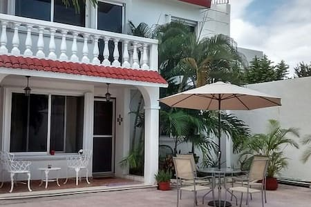 Cozy, Downtown 2 BR Villa with Garden and Pool, 10 min from ocean - Cozumel - Villa