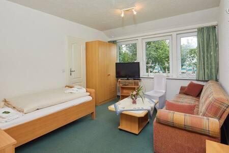 Ruhiges Einzelzimmer mit Bad/WC nahe Einfelder See