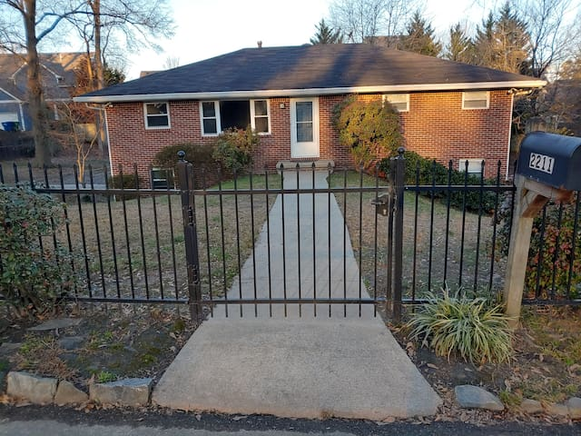 Fenced in duplex apartment pet friendly