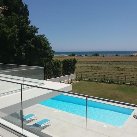 Stylish house with pool, sea view and wifi