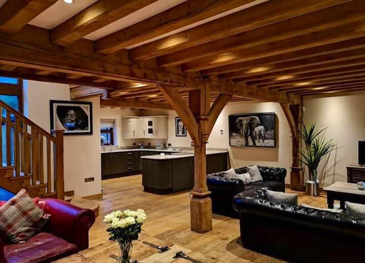 Penycae Oak Lodge with HOT TUB