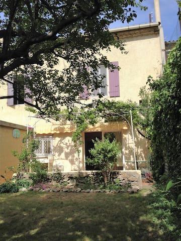 Chambre calme et ensoleillée, avec vue sur jardin - Sorgues - Casa de huéspedes