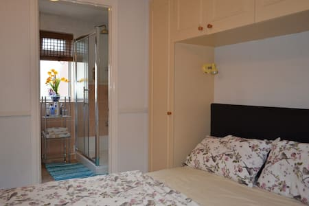 En-Suite ina detach house+Fully functional kitchen - Earley - House