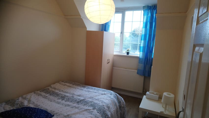 Cosy double room close to shops & Wembley Stadium