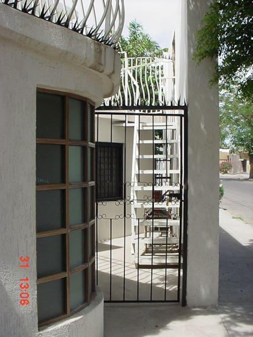 Puerta de ingreso a la escalera