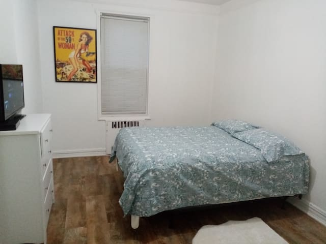Private spacious room close to subway