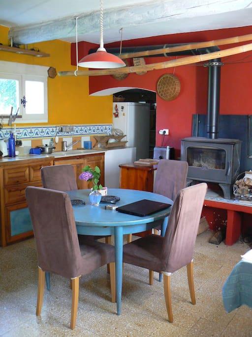 la cuisine peut accueillir 8 personnes à table