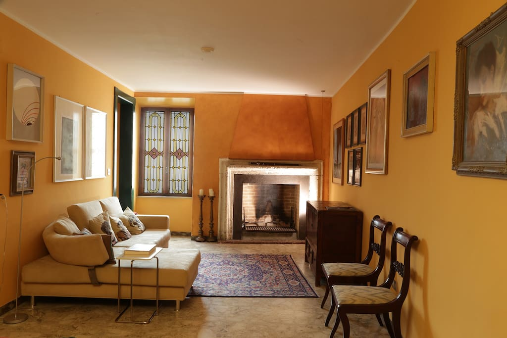 Il salotto con il caminetto. The living room with fireplace