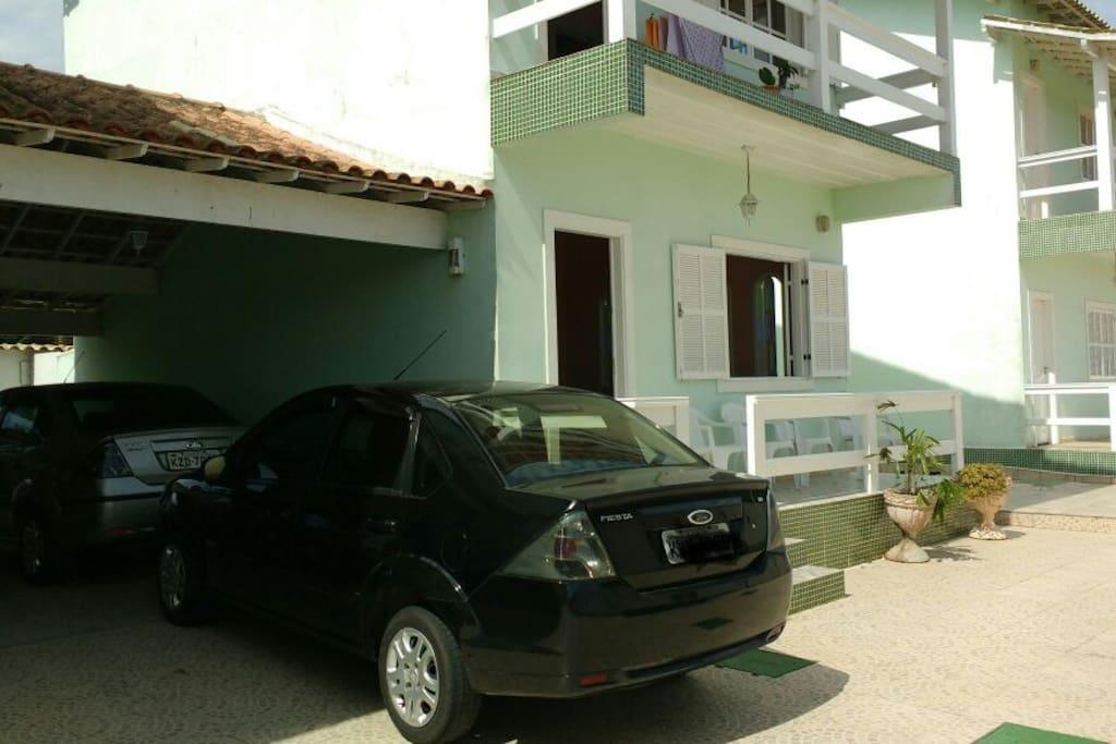 Garagem cabem 2 carros, na frente da residência cabe mais 1, totalizando 3 carros.