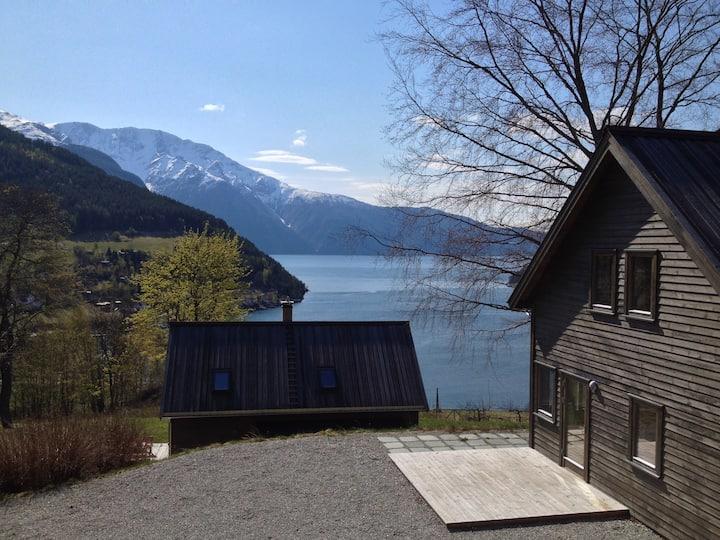 Svalestova, panorama fjord- og fjellutsikt