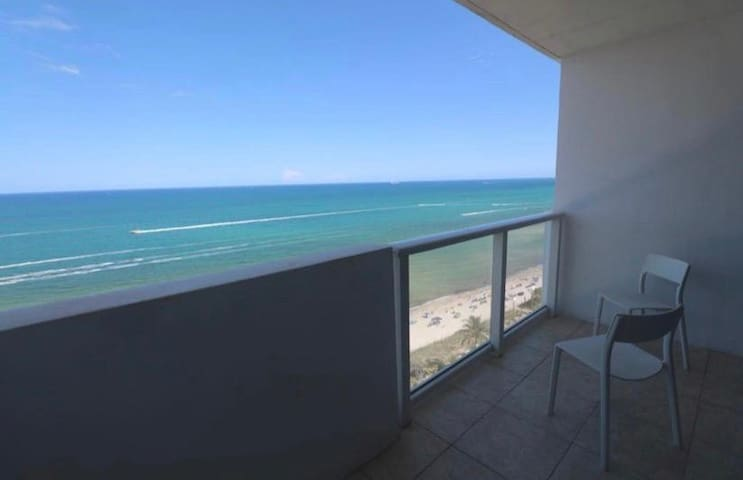 BeachFront-Balcony, Pool&FreeParking, Miami Beach!