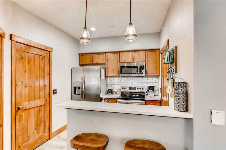 Beautifully renovated one bedroom condo, hiking & biking trails close by