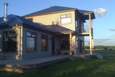 Quiet Horse Ranch Retreat Mountain view - Okotoks - Rumah