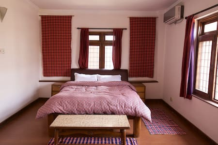 Suite with an attached bath with a bathtub & Ac - Patan - Bed & Breakfast