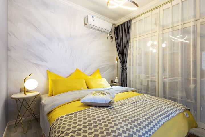 这个房间床头是羽毛图案 浪漫得不要不要的噢