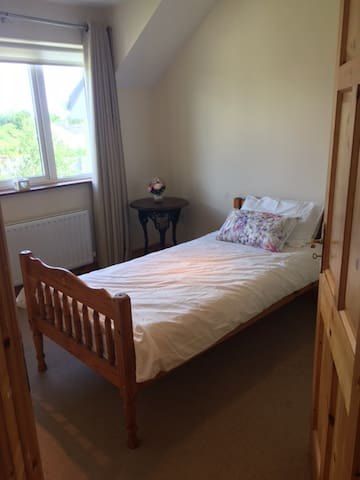 Spacious room, 2 single beds, 5 minutes from Ennis - Ennis - Dom