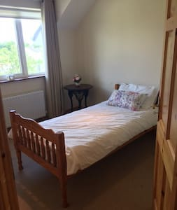 Spacious room, 2 single beds, 5 minutes from Ennis - Ennis - Ház