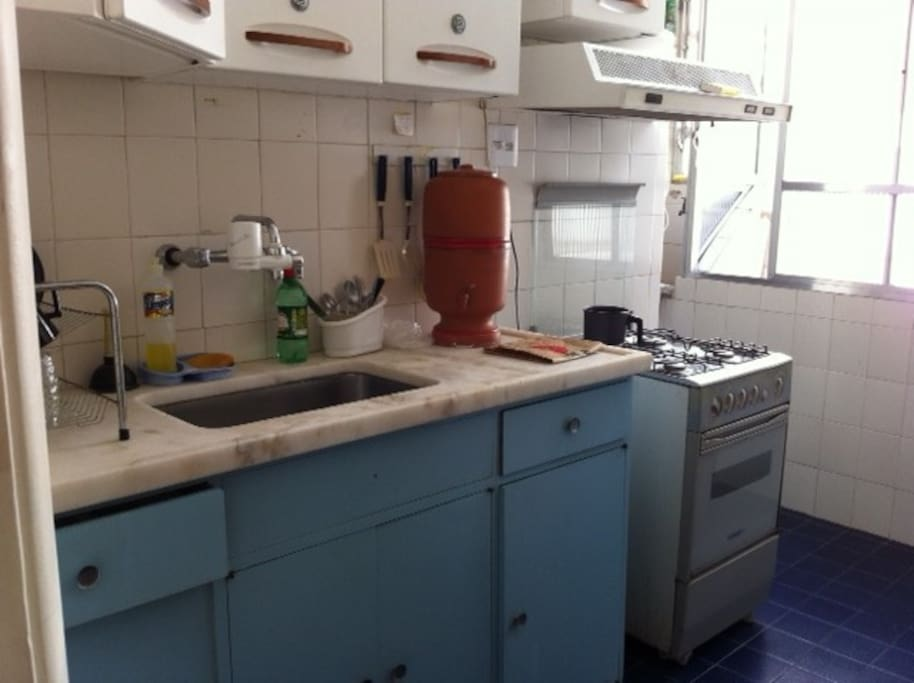 cozinha com pia, fogão // kitchen with sink and cooker/oven