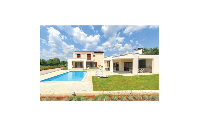 Holiday cottage with 4 bedrooms on 183 m² in Stokovci
