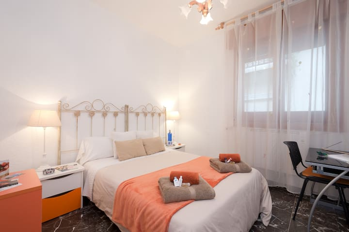Double room+ breakfast and wifi - Granada - Casa