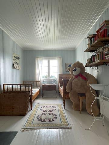 Det blå rommet har to enkeltsanger. Dette rommet har også vedovn.