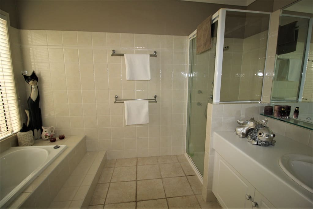 A full guests bathroom with separate toilet