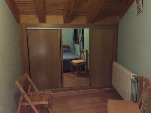 Habitación secundaria armario con espejo
